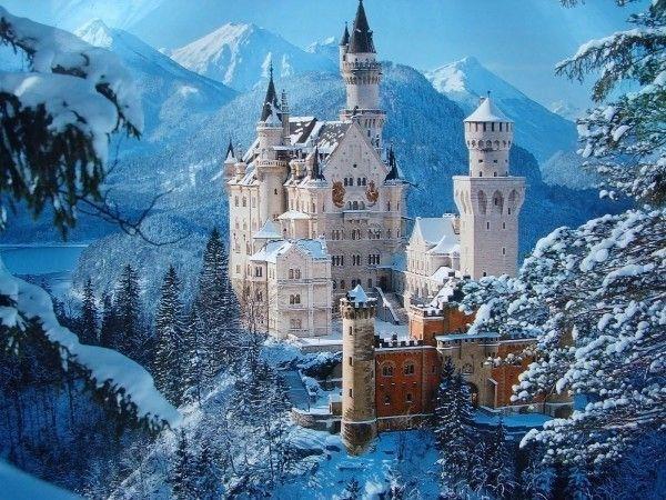 Nằm trên vách đá lởm chởm vươn cao khỏi cánh rừng ở chân núi dãy Alps và rừng Bavarian nguyên sơ, lâu đài Neuschwanstein (Đức) hiện lên nguy nga, tráng lệ và được đánh giá là một trong những tòa lâu đài đẹp nhất trên thế giới.