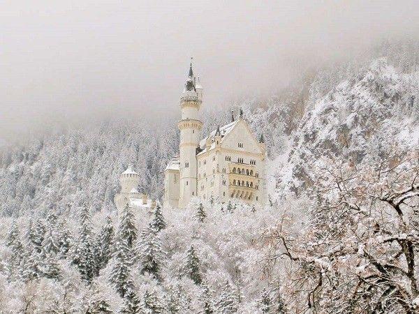 Lâu đài Neuschwanstein là điểm đến yêu thích nhất nước Đức. Từ khi được mở cửa vào năm 1886, Neuschwanstein đã thu hút hơn 60 triệu khách du lịch tới tham quan và chiêm ngưỡng vẻ đẹp quyến rũ của lâu đài cổ kính này. Sự hòa quyện của lối kiến trúc độc đáo gợi lên một nét đẹp thơ mộng trữ tình khiến cho nhiều người ao ước được hóa thân thành hoàng tử và công chúa trong những câu chuyện cổ tích sống trong tòa lâu đài lãng mạn này.