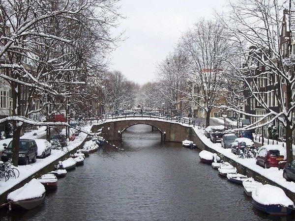 """Những con đập ở đây sẽ đóng băng khiến du khách có thẻ thoải mái trượt băng. Do đường trơn, nguy hiểm nên người dân tại đây đều cho những phương tiện cá nhân """"nằm nghỉ"""" mà chuyển sang đi bộ hay tàu điện ngầm. Thế nên khi giá lạnh mùa đông tràn về, Amsterdam mang vẻ đẹp rất riêng với những ngôi nhà nhỏ hai bên đường hay trên hàng cây, góc phố, ghế đá, ô tô phủ đầy bông tuyết trắng xóa."""