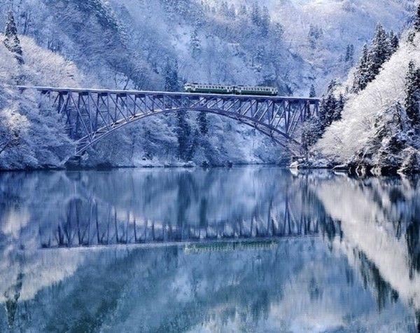 Aizu là một trong những nơi tuyết rơi xuống nhiều nhất tại Nhật Bản. Khi mùa đông về, các khu rừng ở Aizu sẽ được bao phủ bởi màu trắng của những bông tuyết khiến cảnh vật càng trở nên hùng vĩ hơn. Đặc biệt khi ngồi lên những chuyến tàu, du khách sẽ như được lạc vào thế giới tuyết, đắm chìm trong không gian bạt ngàn màu trắng xóa khi vượt qua những cây cầu trên dòng sông Tadami.