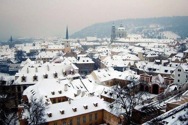 Là thủ đô của Cộng hòa Czech, Prague ghi dấu trong lòng khách du lịch là một trong những điểm đến hàng đầu châu Âu bởi kiến trúc đẹp cổ kính thời Trung cổ. Với những ngọn tháp cao và con đường quanh co được rải sỏi, Prague càng đẹp hơn khi được phủ một lớp tuyết trong mùa đông giá lạnh.