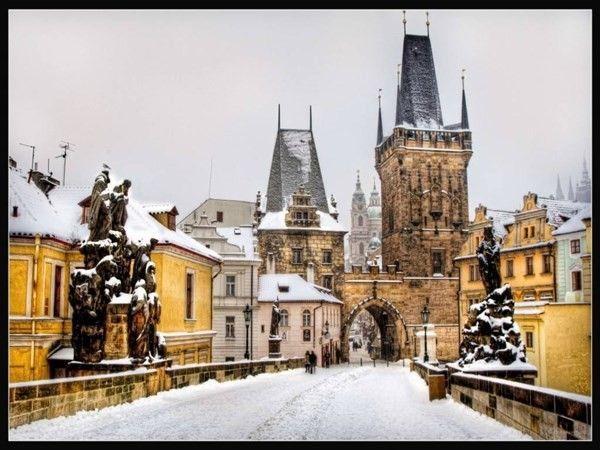 Với những mái nhà phủ tuyết, con đường quanh có, uốn lượn được rải sỏi cùng những kiến trúc nhà độc đáo trong khu phố cổ khiến vẻ đẹp của thủ đô Prague ghi dấu trong lòng du khách trong những tháng ngày mùa đông. Đèn đường phố Gas được lắp đặt lại toàn bộ từ năm ngoái khiến cho Prague thêm lãng mạn, lung linh vào buổi tối. Thêm vào đó, ở đây lại có rất nhiều quán Café để du khách thưởng thức và xua đi lạnh giá từ những bông tuyết khi đông về.
