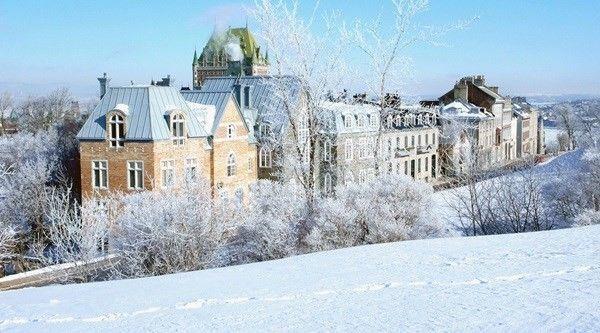 Khung cảnh màu trắng tinh khôi của tuyết phủ kín mọi mái nhà, nẻo đường… càng khiến cho thành phố trở nên hấp dẫn hơn. Mùa đông ở Quebec nhộn nhịp hơn hẳn mỗi khi có tuyết. Bạn sẽ có cơ hội chiêm ngưỡng nhiều công trình được xây dựng hoàn toàn bằng băng tuyết hay đi xe trượt tuyết len lỏi thăm thú khắp thành phố, tham gia lễ hội tắm tuyết... Hoạt động này biểu trưng cho sự bất diệt của lễ hội và khả năng của người Quebec chống chọi lại điều kiện khắc nghiệt của thời tiết, thậm chí là trong điều kiện lạnh giá hơn.