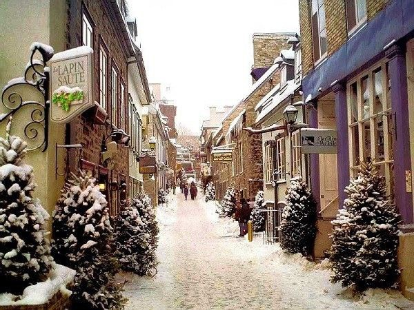 Quebec được biết đến với tên gọi khác là thành phố Pháp trong lòng Canada. Đây là thành phố cổ xinh đẹp nhất của Canada với nét cổ kính của kiến trúc Tây Âu cùng phong cảnh thiên nhiên hài hòa, cũng là thành phố điển hình với thời tiết ấm áp, dễ chịu vào mùa hè và lạnh giá kéo dài vào mùa đông. Tuy vậy, khi băng tuyết hiện hữu khắp mọi nơi, lễ hội mùa đông lớn nhất trên thế giới sẽ diễn ra ở các tỉnh miền Đông Canada. Được mệnh danh là xứ sở mùa đông, thành phố Quebec là một trong những nơi tuyết rơi nặng nhất với ước tính hơn 254cm mỗi năm.