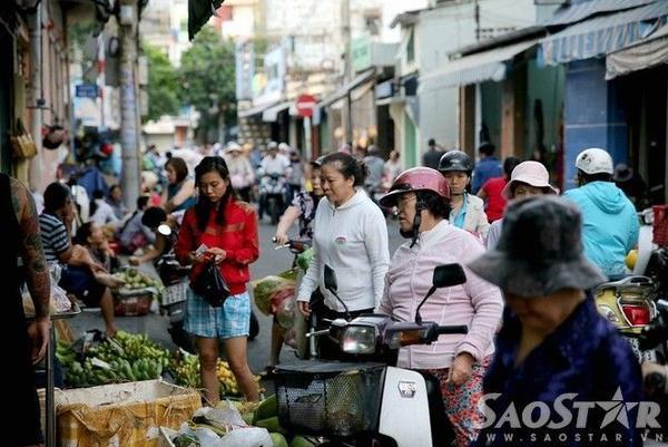 Các bà, các mẹ và các chị cũng phải choàng thêm áo khi đi chợ ban sáng.
