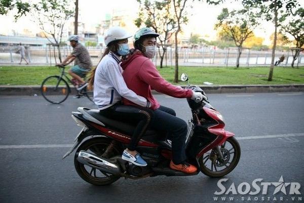 Nhiều đôi trai gái nép gần hơn vào nhau trên đường đi làm. Trong ảnh, bạn trai cũng phải đi găng cho đỡ lạnh tay.
