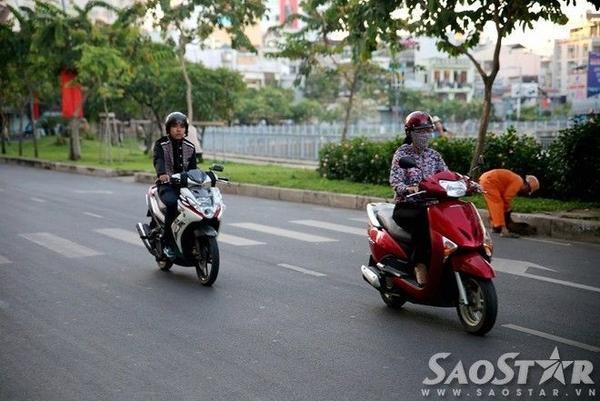 Đến cậu thanh niên trong bức hình này cũng phải cho một tay vào túi áo khi chạy xe.