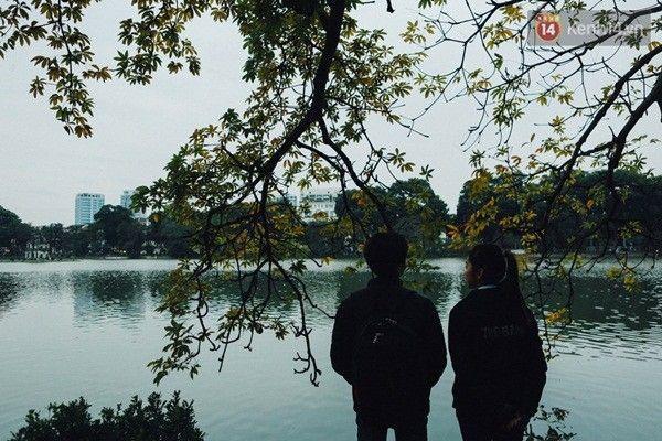 Hai bạn trẻ ngắm Hồ Gươm ngày giá rét.