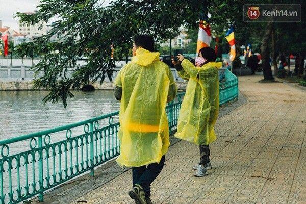 """Chiếc áo mưa vàng vô tình trở thành """"đồ đôi"""" trong ngày giá rét."""