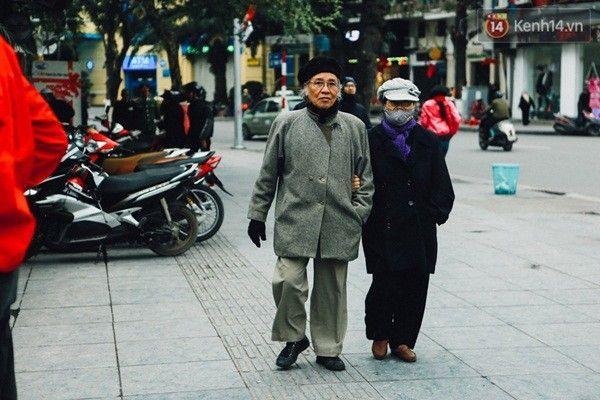 Đôi bạn già khoác tay nhau dạo phố.