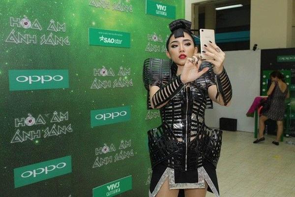 Giọng ca Ngày mai liên tục tạo dáng và selfie nhằm cập nhật những hình ảnh mới nhất của mình lên mạng xã hội để chia sẻ cùng các fan.