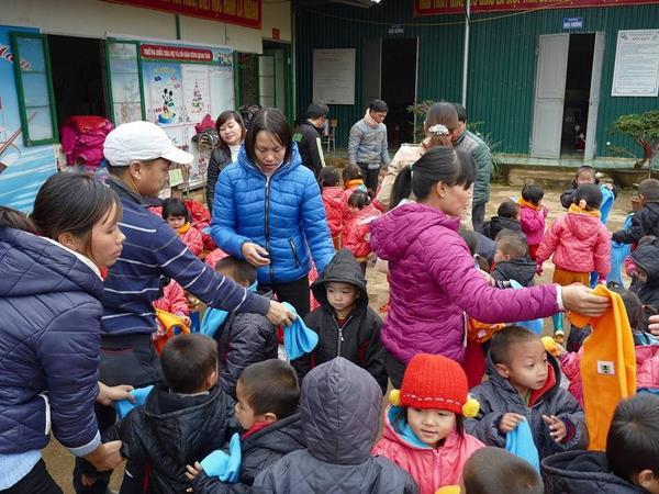 """Chương trình """"Cơm có thịt"""" của ông Trần Đăng Tuấn thường tập trung trẻ em tại các điểm trường."""