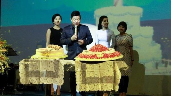Lệ Quyên, Huyền Trân và các học trò thân thiết cùng Quang Lê cắt bánh sinh nhật.