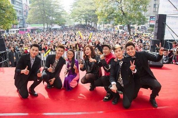 Á quân Giọng hát Việt nhí cùng nhóm 365 và ca sĩ Hoàng Thùy Linh trong một chuyến lưu diễn tại Đài Bắc.