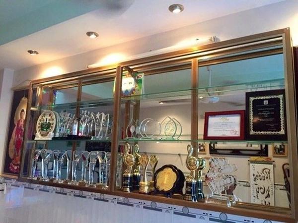 Chiếc kệ trưng các giải thưởng lớn - nhỏ mà Chị Bảy dành được trong hơn 2 năm qua.