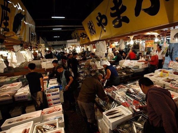 Chợ cá Tsukiji là một trong những địa điểm lý tưởng để mua và thưởng thức hải sản tươi ngon. Theo Lonely Planet, mỗi ngày gần 2.500 tấn cá, trị giá 15,5 triệu USD, được bán ra ở chợ.