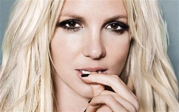 Britney vẫn tiếp tục với hình ảnh gợi cảm, quyết rũ của mình.