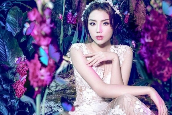 Hoa hậu Việt Nam 2014 khoe những đường nét thanh tú trên gương mặt với kiểu trang điểm tự nhiên, nhẹ nhàng làm chủ đạo. Mái tóc được đánh rối vừa phải giúp Kỳ Duyên trông vừa xinh tươi, vừa trẻ trung.