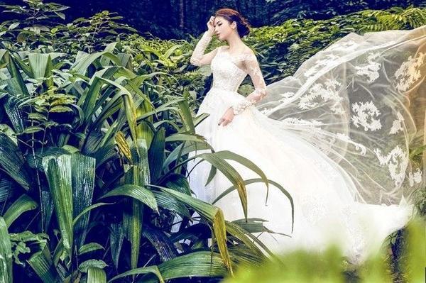 Thiết kế váy xòe truyền thống trở nên gợi cảm hơn nhờ cấu trúc trễ vai cùng chất liệu xuyên thấu gợi cảm ở phần thân trên. Trong không gian rừng núi xanh mướt, Kỳ Duyên một nàng tiên với váy trắng bồng bềnh đang thực hiện cuộc du xuân xuống hạ giới.