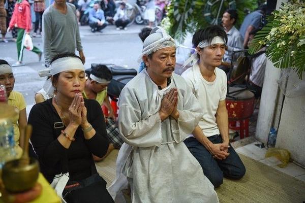 Anh Lê Ngọc Thanh - con trai duy nhất của ông bầu, 4 ngày qua phải nén nỗi đau để lo công việc cho ba chu toàn.