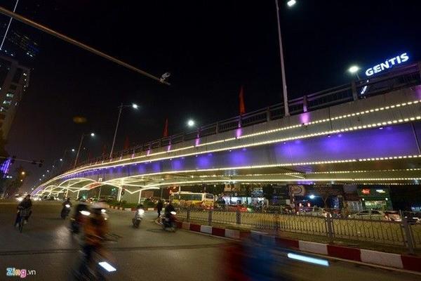 Các cầu vượt đều được chăng đèn led trang trí đẹp mắt.