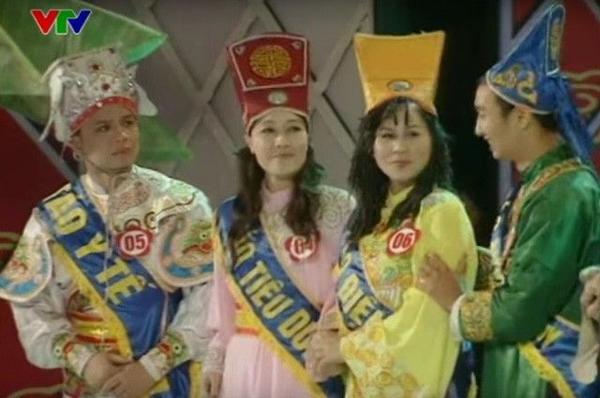 Chương trình bắt đầu đa dạng hơn Cuộc thi Hoa Táo 2009 với những bộ trang phục tràn ngập sắc màu