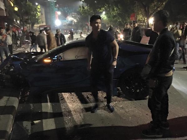 Dù xảy ra vào lúc đêm muộn nhưng vụ tai nạn vẫn thu hút sự chú ý của nhiều người dân. Trong ảnh là chủ nhân chiếc xe.