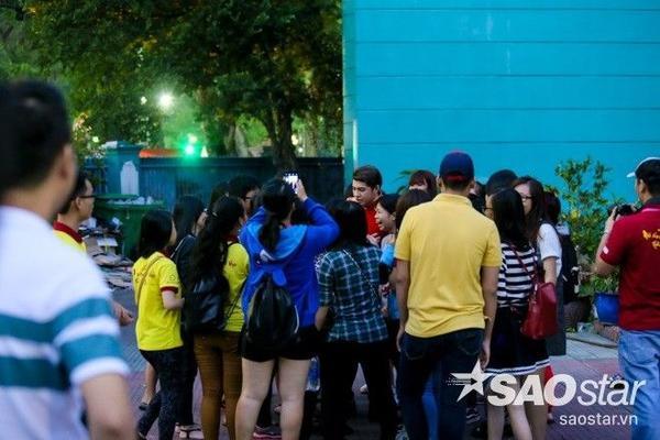 Sau buổi diễn, Noo Phước Thịnh tiếp tục được các fan vây kín.