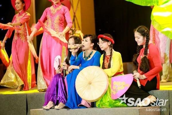 """Nhiều năm qua, cứ vào mỗi dịp Tết Nguyên đán, """"chị Chanh"""" luôn nhính thời gian để mang lời ca tiếng hát phục vụ công chúng."""