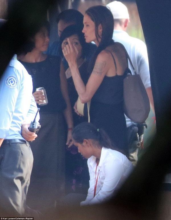 Angelina đang bận rộn với bộ phim First They Killed My Father ở Campuchia.