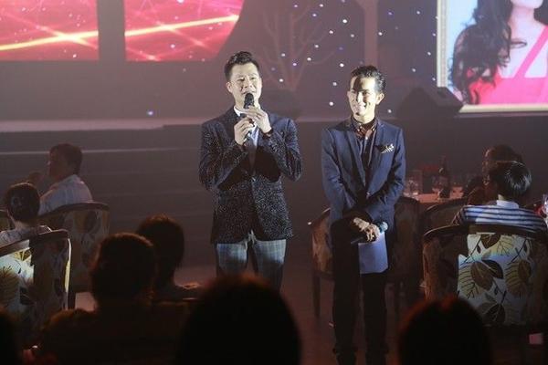 Không gian âm nhạc thêm phần ấm cúng khi Quang Dũng đi xuống trò chuyện cùng khán giả