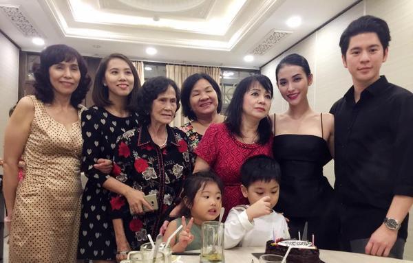 Hiện anh đang ở Việt Nam để tham dự sinh nhật của con trai Mai Hồ. Cả hai xuất hiện tình tứ bên cạnh nhau với bộ đồ đôi màu đen sang trọng. Có vẻ như người đẹp đã giới thiệu bạn trai với gia đình và con trai riêng của mình.