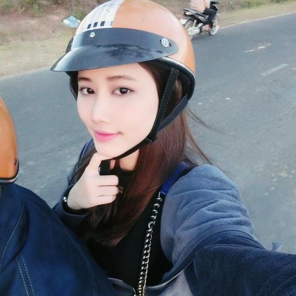 Với lối trang điểm nhẹ nhàng Trang Linh ghi điểm lớn kể cả khi cô nàng có diện mũ bảo hiểm.