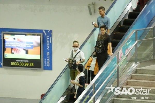 Tối 19/2, sau bốn ngày làm việc tại Bangkok (Thái Lan), Đông Nhi - Ông Cao Thắng đã đáp chuyến bay về Việt Nam. Theo nguồn tin thân cận, cả hai sang đất nước chùa Vàng để quay quảng cáo cho một nhãn hàng điện thoại lớn.