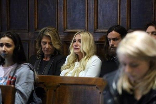 Nữ ca sĩ bật khóc ngay tại phiên tòa. Hình ảnh này đang được chia sẻ rộng rãi trên các trang mạng xã hội.