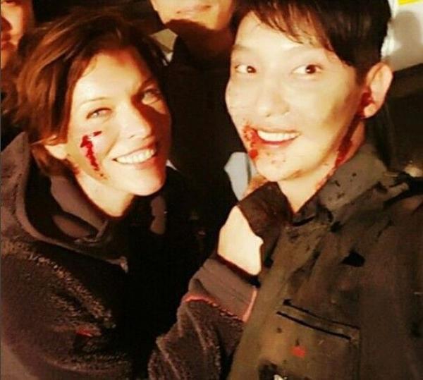 Lee Jun Ki và nữ chính Milla Jovovich trên trường quay Resident Evil 6.