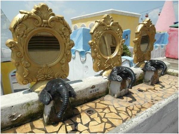 Những chiếc gương đầu voi thiết kế tinh xảo.