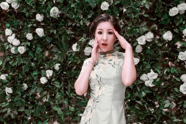 """Nội dung của MV lần này kể về một cô gái thích xem bói, vô tình lọt vào """"mắt xanh"""" của thầy bói dỏm do Chí Tài thủ vai."""