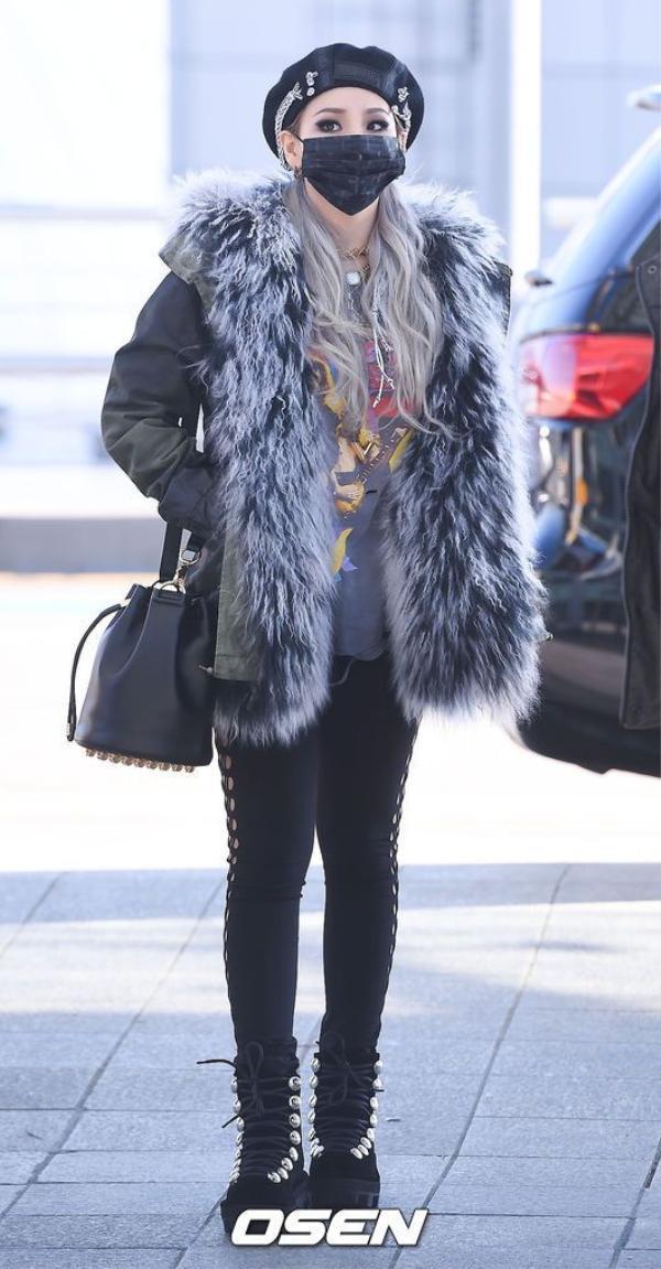 ...mũ beret đi kèm áo fur coat, trông CL vô cùng đáng yêu.