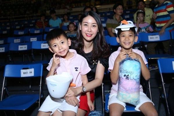 Các nghệ sĩ Hồng Nhung, Hà Kiều Anh cũng đưa các cô cậu quý tử tham gia chương trình.