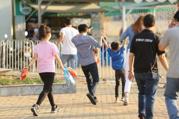 Cậu nhóc Subeo thích thú vì được đi chơi với cả bố và mẹ nên tỏ ra khá vui vẻ tinh nghịch.