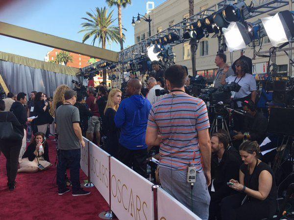 Các phóng viên túc trực để sẵn sàng tác nghiệp.