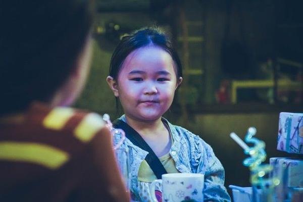 """Kim Thư vai bé Nắng - con của mẹ Mưa, yêu thương mẹ hết mực, đáng yêu, suy nghĩ giống người lớn và là """"trụ cột"""" của gia đình chỉ có 2 mẹ con."""