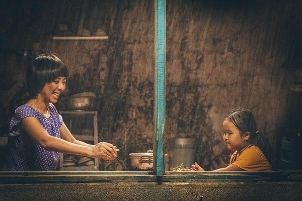 Thu Trang vai mẹ Mưa - một người phụ nữ bị thiểu năng tốt bụng, luôn dành tình yêu thương lớn lao nhất dành cho con gái nhỏ.