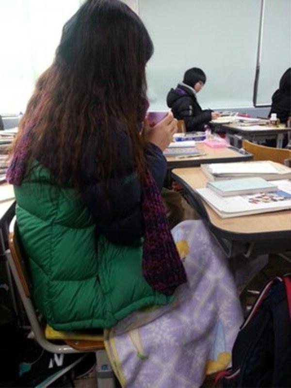 Mùa đông tại Hàn Quốc rất lạnh, vì vậy nữ sinh phải tìm cách tự giữ ấm cơ thể.