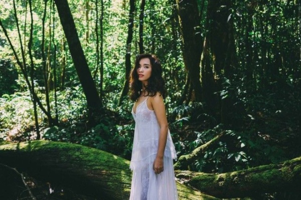 Sắc xanh mướt và vẻ đẹp hùng vĩ của cánh rừng nguyên sinh rất phù hợp với sự trong trẻo, tinh khôicủa bài hát.