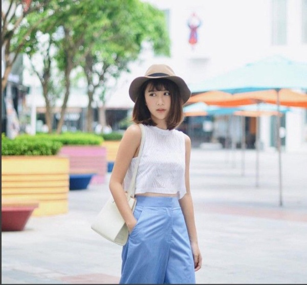 Quỳnh Anh Shyn cũng chẳng kém phần nữ tính, dễ thương và tinh nghịch với tóc ngắn ngang vai, thả bồng bềnh theo gió.