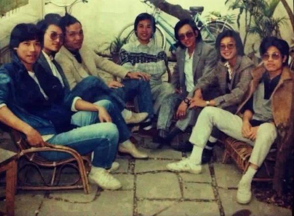 Nhạc sĩ Lương Minh (thứ hai bên phải) trong Ban nhạc Hoa Sữa thời kỳ mới thành lập (ảnh do nhạc sĩ Huyền Thanh cung cấp).