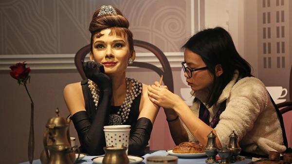 Đạt Phân chỉnh sửa tượng sáp Audrey Hepburn với tạo dáng kinh điển trong bộ phim Breakfast at Tiffany's.