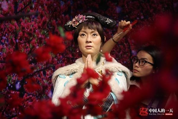 """Đạt Phân chỉnh lại tượng sáp của Tôn Lệ trong bộ phim """"Chân Hoàn truyện""""."""